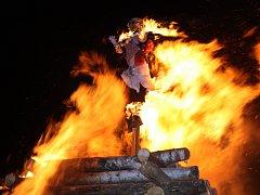 Poslední dubnová noc je podle tradice magická. V mnohých městech a obcích se lidé scházejí ke společnému pálení čarodějnic.