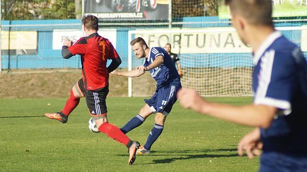 Fotbalisté juniorky Nového Města na Moravě (v modrém) doma v derby zdolali Moravec (v pruhovaném)