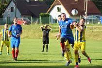Fotbalisté Radešínské Svratky (v modrých dresech) zdolali nováčka z Počítek 3:1.