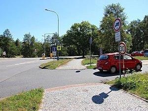 Jednosměrnou ulicí Bratří Čapků řidiči osobních aut projedou.