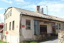 KE ZBOURÁNÍ. Chátrající objekt staré pekárny, ve které skončila výroba před dvěma desetiletími, čeká demolice. Ještě předtím bude přemístěno čapí hnízdo na komíně budovy.