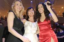 Na plese Beaty Rajské se bavila i sama hostitelka (v bílých šatech), manželka Karla Gotta Ivana (vlevo) i zpěvačka a herečka Olga Lounová (uprostřed).