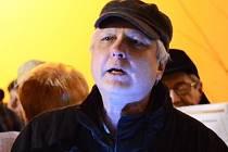 Sbormistr pěveckého sboru Svatopluk Jan Lán zpíval v prosinci koledy před kostelem svatého Prokopa ve Žďáře nad Sázavou.
