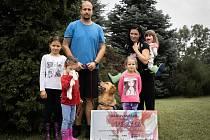 Holkám ze spolku ze spolku FreeRunHelps se podařilo sehnat peníze na výcvik asistenčního psa. Best už dělá autistickým dvojčátkům společníka. Foto: archiv spolku FreeRunHelps
