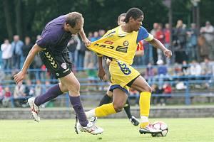 V červenci 2010 dokázali fotbalisté tehdy divizního Nového Města (v modrém) vyřadit z poháru druholigovou Jihlavu. Po deseti letech dostanou v téže soutěži šanci na zopakování úspěchu.
