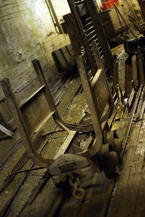 Fotografie ukazují uranový důl v době plného provozu. Nyní je už čtyři roky zavřený.