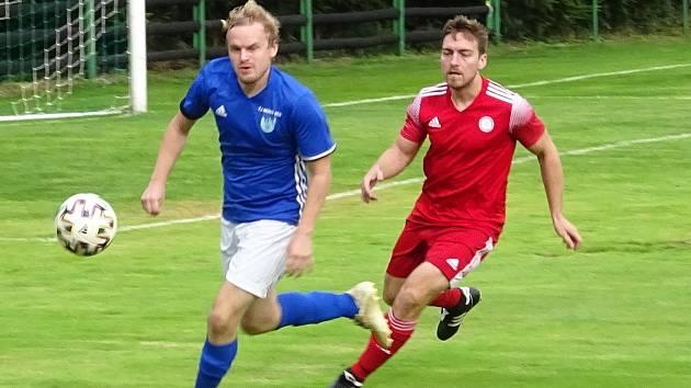Zatímco fotbalisté Nové Vsi (v modrém dresu stoper Michal Novotný) o víkendu vyhráli v Náměšti 3:0, HFK Třebíč stejným výsledkem podlehl Bedřichovu.