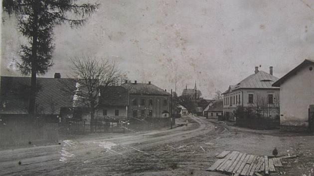 Pohled do Herálce pravděpodobně ze začátku dvacátého století. Vpravo místní hostinec.