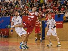 Srbský pivot Nikola Sekulič (v červeném) se poprvé v této sezoně objevil v dresu házenkářů Nového Veselí a hned čtyřmi brankami přispěl k výhře v Karviné.