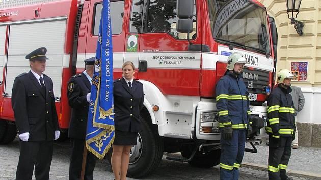Dar v podobě nové cisternové automobilové stříkačky CAS 20 dostali ve středu bítešští hasiči.