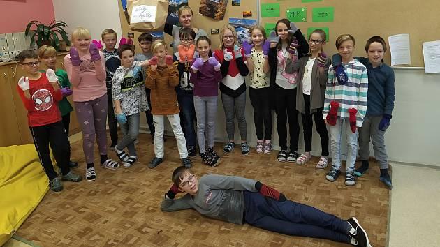 Školáci z Borů sbírali palčáky pro Popálky