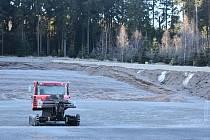 Sníh v zásobníku vystačí tak na kilometr a půl tratí. Na závody je ho zapotřebí čtyřikrát tolik.