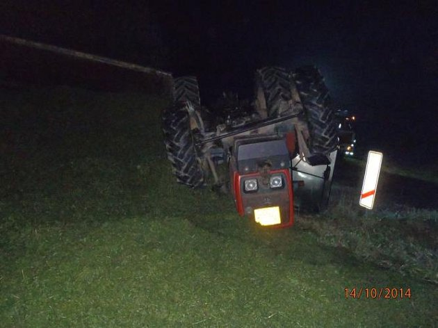 Řidič traktoru nehodu nepřežil.