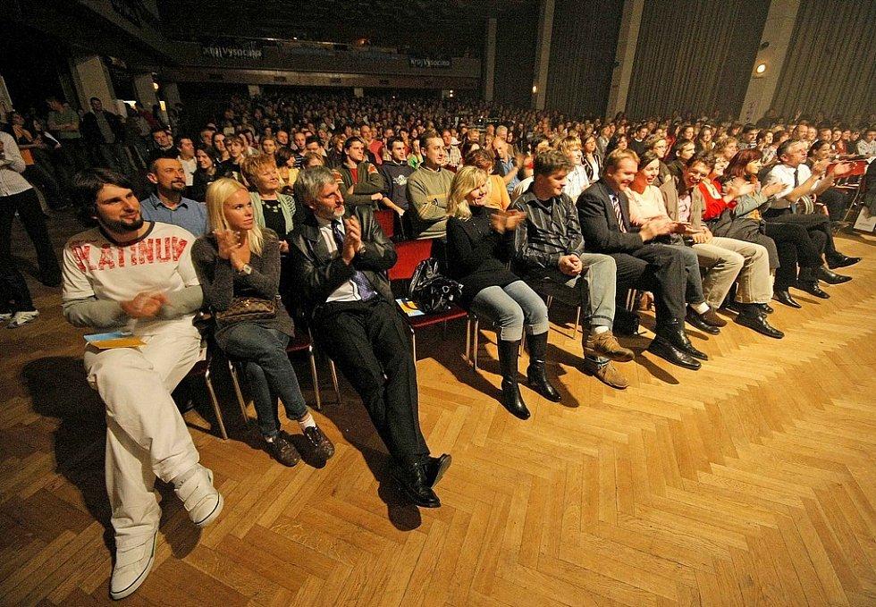 Večerem plným hvězd byl v pátek 31. října zahájen šestý ročník benefičního festivalu Modré dny.