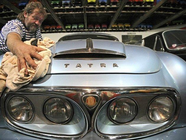 František Prosecký (na snímku) má v depozitu motoristického muzea na čtyři desítky historických vozů, převážně legendární značky Tatra.