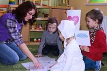 Učitelka Marie Peňázová (na snímku vlevo) trénuje se svými malými svěřenci v radňovické školce správnou výslovnost každý den. Jednou za měsíc pak předvedou děti na besídce rodičům vše, co se stihly naučit.