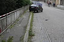 Z dosud neznámých příčin najel jednašedesátiletý řidič do třech lidí, kteří šli po chodníku přes most.