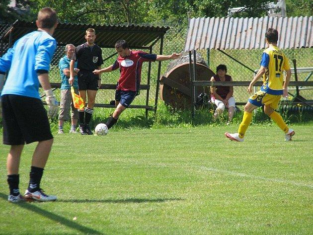 Fotbalisté Vrchoviny (vpravo Michal Buchta) deklasovali v přípravě jihlavský ligový dorost.