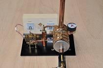 Žáci žďárské průmyslové školy Martin Nátěsta a Josef Vrbka získali ocenění za nejzajímavější výrobek na výstavě Mladý tvůrce ve slovenské Nitře. Porotu zaujali funkčním modelem dvouválcového oscilačního parního stroje.