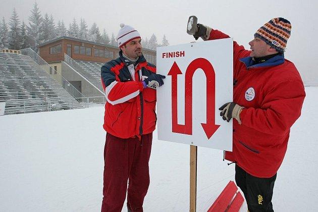V Novém Městě na Moravě (vlevo bývalý reprezentant Lubomír Buchta) ladí v areálu poslední detaily.