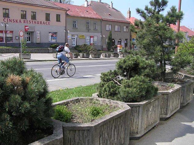 Zatím zdobí květináče na náměstí Republiky ve Žďáře nad Sázavou hlavně keře a dřeviny. Ty, ve kterých byly květiny, jsou prázdné – lidé sazenice kradou.
