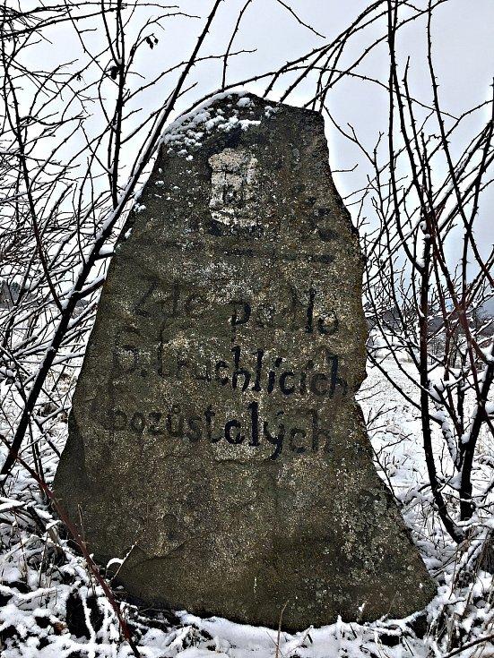 Kámen postavili Olešenští jako upomínku na událost z roku 1964, kdy při návratu z pohřbu v Olešné na tom místě alkoholem posilněna padla celá zuberská vláda.