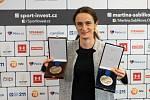 Martina Sáblíková po sezoně 2020/2021 se svými úlovky. Stříbrnou medailí z MS a bronzovou z ME ve víceboji.
