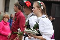 Každoroční svatováclavské hody v Branišově si nenechali ujít místní ani návštěvníci odjinud. Krojovaná chasa tančila a nabízela občerstvení, soudci se s gustem zhostili své role a všichni se dokonale bavili. Jen beránek smutně pobekával.