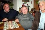 Herec Jiří Krytinář (uprostřed) byl neobyčejně družný a hovorný. Při společném posezení s přáteli Jaroslavem Konvalinkou (vlevo) a Jaroslavem Bukáčkem (vpravo) doslova sypal veselé historky z rukávu.