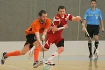 Florbalové derby mezi Bystřicí a Žďárem vyhráli hosté. Čtyři góly za ně vstřelil Petr Kos (v oranžovém).