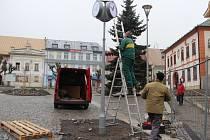 Přesné hodiny už ukazují čas na náměstí Republiky ve Žďáře nad Sázavou. Hodiny se třemi ciferníky mají automaticky řízené vnitřní osvětlení i synchronizaci času.