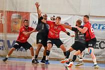 Po dvou výhrách dnes extraligoví házenkáři Nového Veselí (v červených dresech) vyběhnou k dalšímu zápasu na palubovce pražské Dukly.