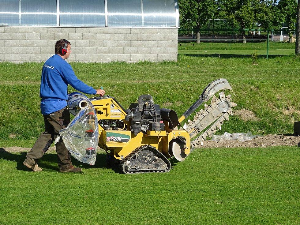 V Nové Vsi už nyní mají na fotbalovém hřišti závlahový systém automatický,