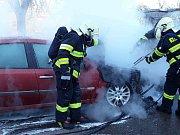 Majiteli automobilu Renault Laguna v Lavičkách vznikla škoda v předběžné výši 50 tisíc korun, oheň zapříčinila technická závada na elektroinstalaci.