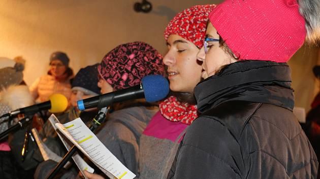 Lidé v Herálci si užívali společné setkání i zpěvu koled.