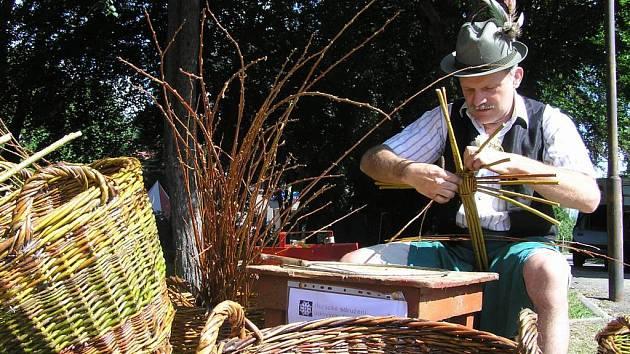 Stovky zvědavců se v neděli sjely do Sněžného a Krátké, kde se v rámci Kulturního víkendu Sněženska 2007 uskutečnily jarmarky s ukázkami tradičních řemesel.