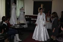 Přehlídku stavebních šatů v prostorách kavárny u tety Hany ve Žďáře si nenechaly v sobotu ujít zhruba tři desítky žen.