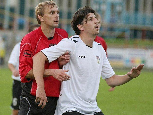 Fotbalisté Pelhřimova (v bílém útočník Petr Liška) v domácím utkání nevěděli rady s Hodonínem.