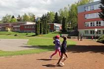 Venkovní sportoviště 4. základní školy potřebuje výrazné opravy. Dětem slouží už 40 let.