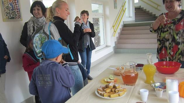 Na slavnostním otevření zahrady byly podávány pokrmy a nápoje připravené ze sklizených plodin.