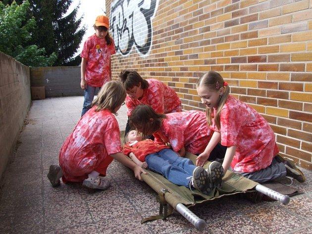 Na jednom ze stanovišť si musely děti poradit i s přepravou raněné osoby.