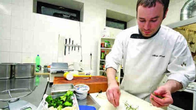 V létě na zahrádce, v zimě v květináči na kuchyňském okně pěstuje kuchař restaurace Tisůvka v Cikháji rozmarýn. Miroslav Hošek touto bylinou koření nejedno jídlo.