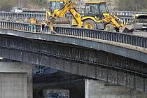 S dopravními komplikacemi se setkají motoristé na dálničním mostě Vysočina ve Velkém Meziříčí. Most, který je v Česku unikátní, se klene v bezmála osmdesátimetrové výšce nad městem. Pravá část ve směru na Brno prochází v těchto dnech kompletní opravou sil