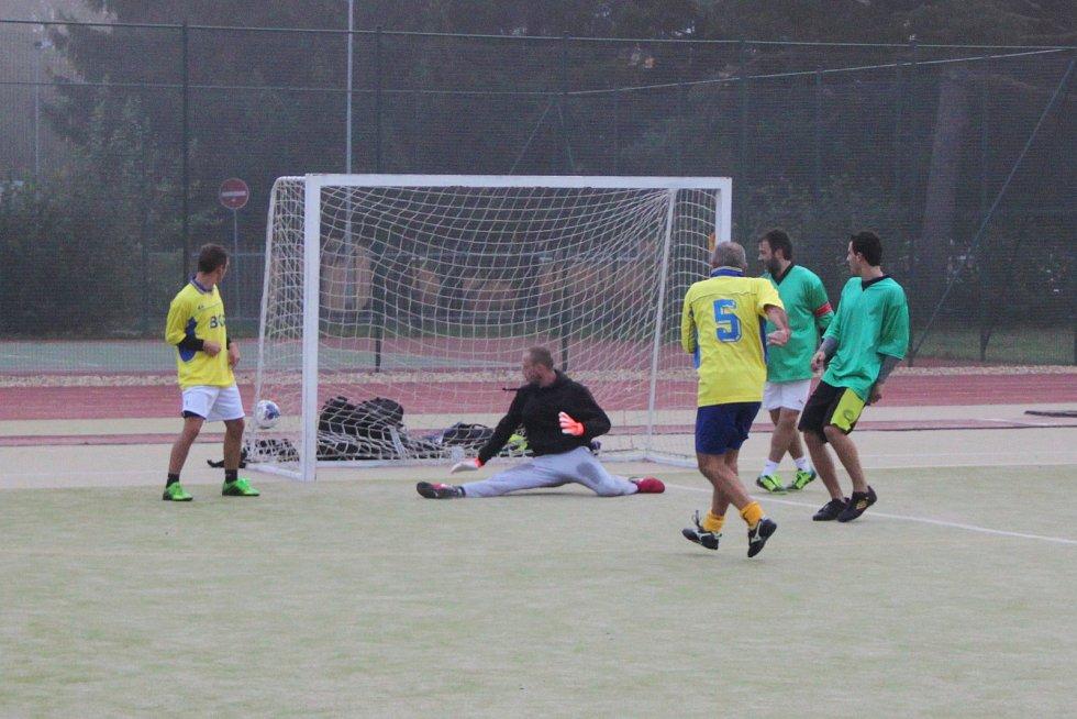 Kozel Team (v zeleném) v něm zdolal Benjamin (v pruhovaném) těsně 2:1.