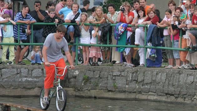 Co nejdéle vydržet na prkně. S takovým cílem se o víkendu vydala necelá čtyřicítka sportovců i sportovkyň na Radňovickou lávku – na kole.
