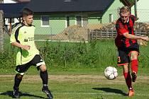 Malé okresní derby mezi fotbalisty Moravce (v pruhovaném) a Železáři ze Štěpánova (u míče) skončilo remízou 2:2. Po první půli vedl domácí Moravec 2:0, po změně stran se ovšem dvakrát gólově prosadil hostující tým.