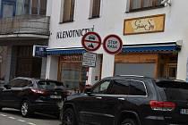 Parkování ve Velkém Meziříčí, ilustrační foto.