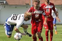 Fotbalisté Velkého Meziříčí (v popředí v červeném dresu Jaroslav Krejčí, za ním Robin Demeter) ukončí sezonu už v pátek.