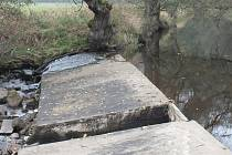 Pohled na jez a téměř suché koryto řeky Svratky u malé vodní elektrárny Sedliště na Žďársku.