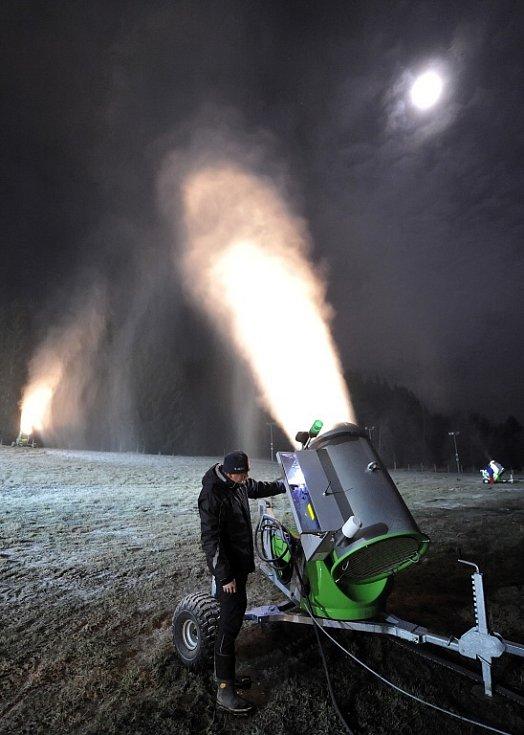 Zasněžovací děla si odbyla první velkou šichtu také v Novém Městě na Moravě. Bílý poprašek pokryl jak sjezdovku na Harusově kopci, tak i Vysočina Arena. Předpověď počasí na příští dny ale stabilní mráz neslibuje.